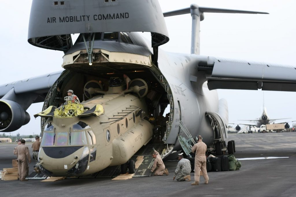 C-5 embarcando um helicóptero CH-47 Chinook