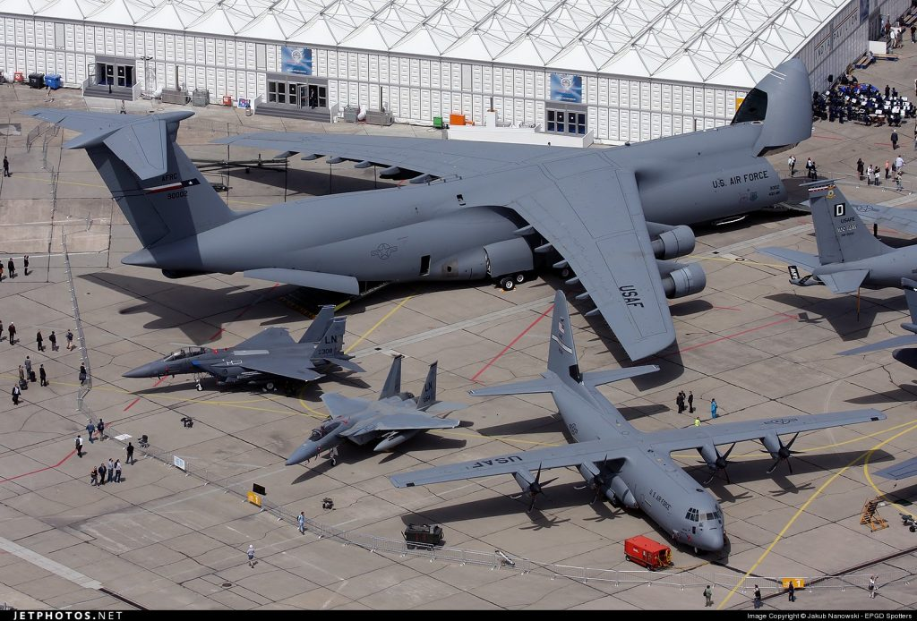O C-5 Galaxy ao lado de outros aviões em um show aéreo
