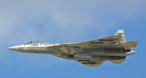 Caça Su-57 com pod designador de alvos 101KS-N