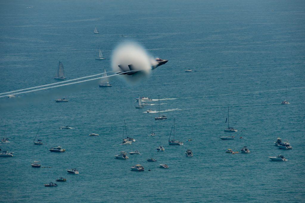 Caça stealth F-35 sobrevoando o Lago Michigan