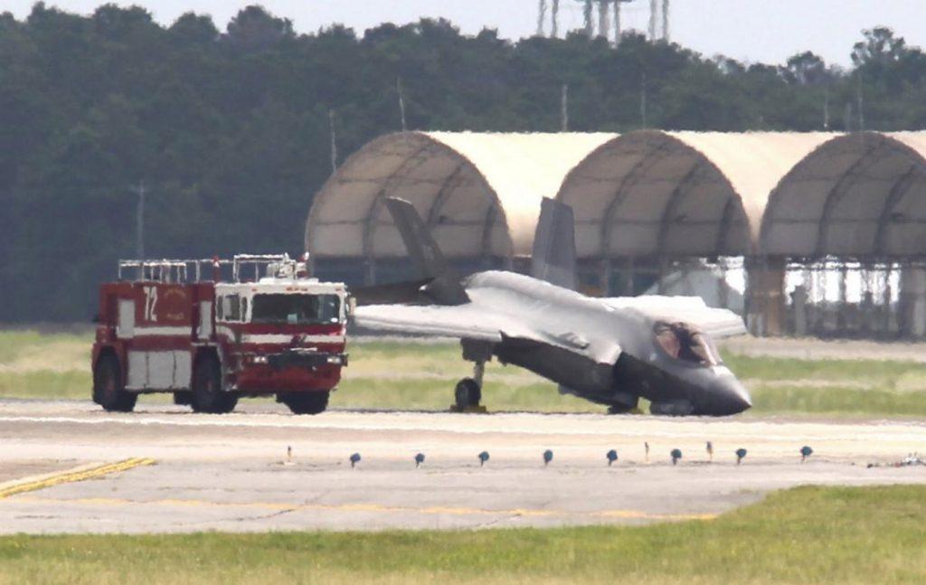 O F-35A da USAF com o nariz no chão após o colapso do trem de pouso frontal