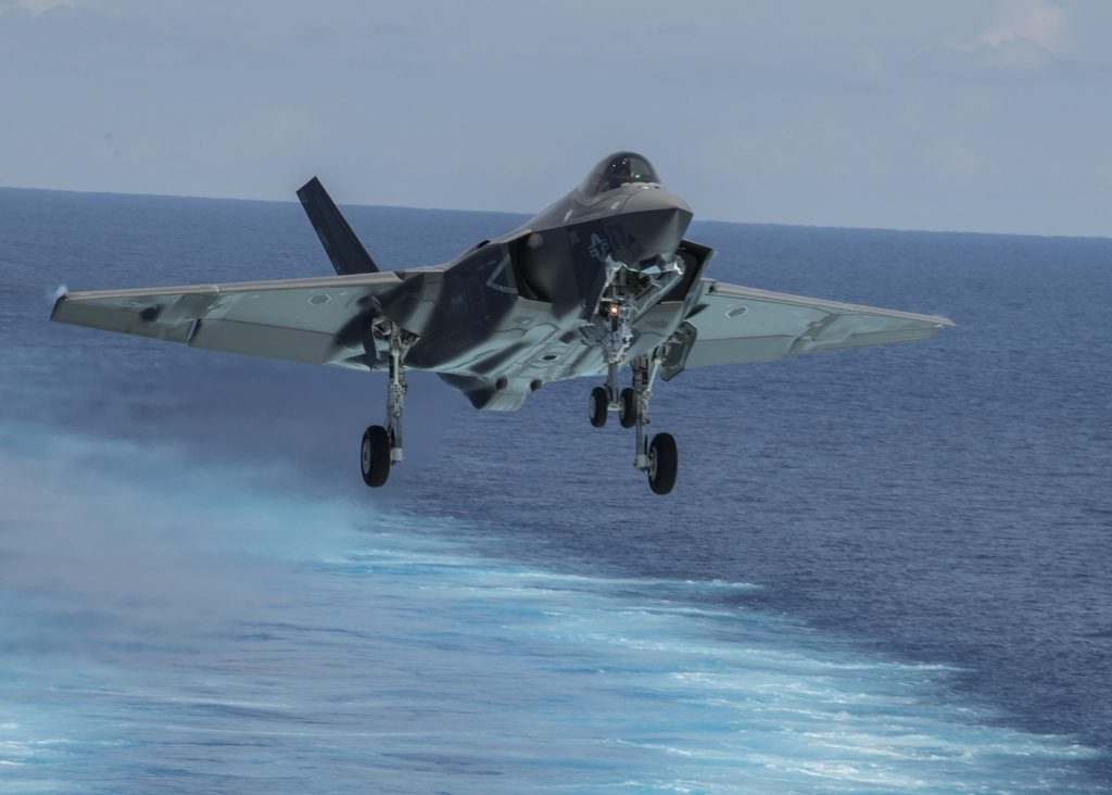 Um F-35C Lightning II do Strike Fighter Squadron (VFA) 147 se aproxima do USS Abraham Lincoln (CVN 72) para pouso
