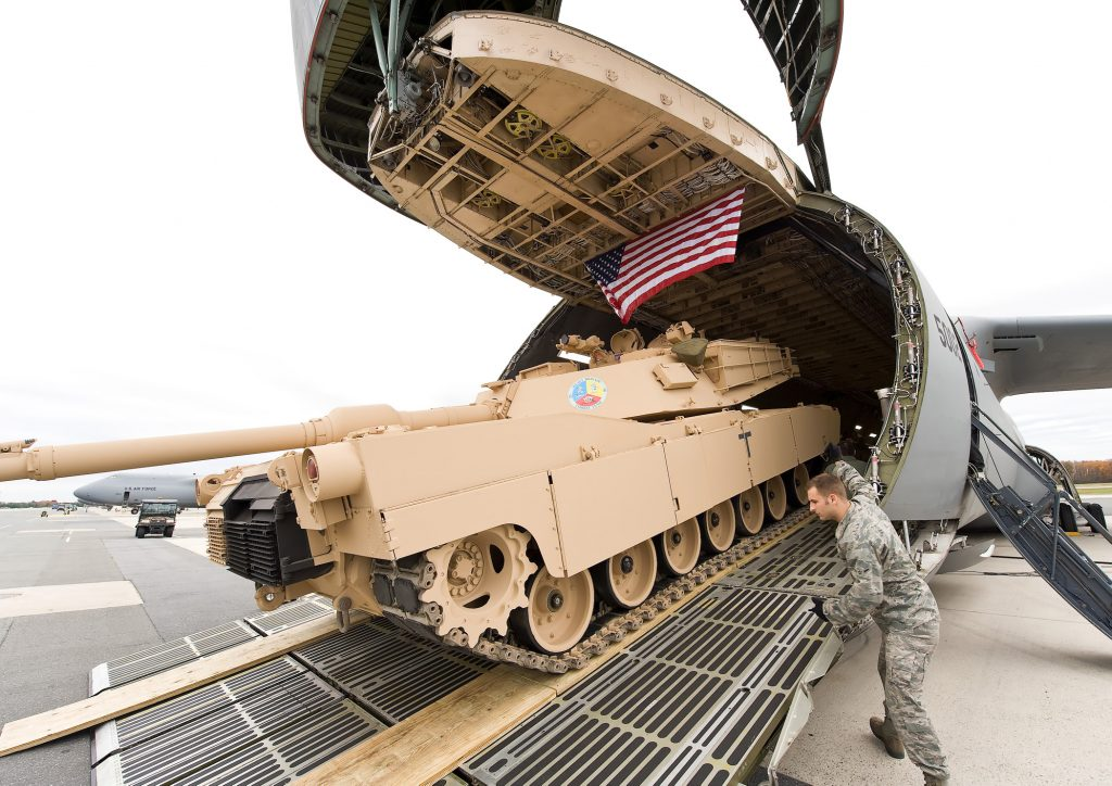 MBT M1 Abrams sendo carregado em em C-5 Galaxy