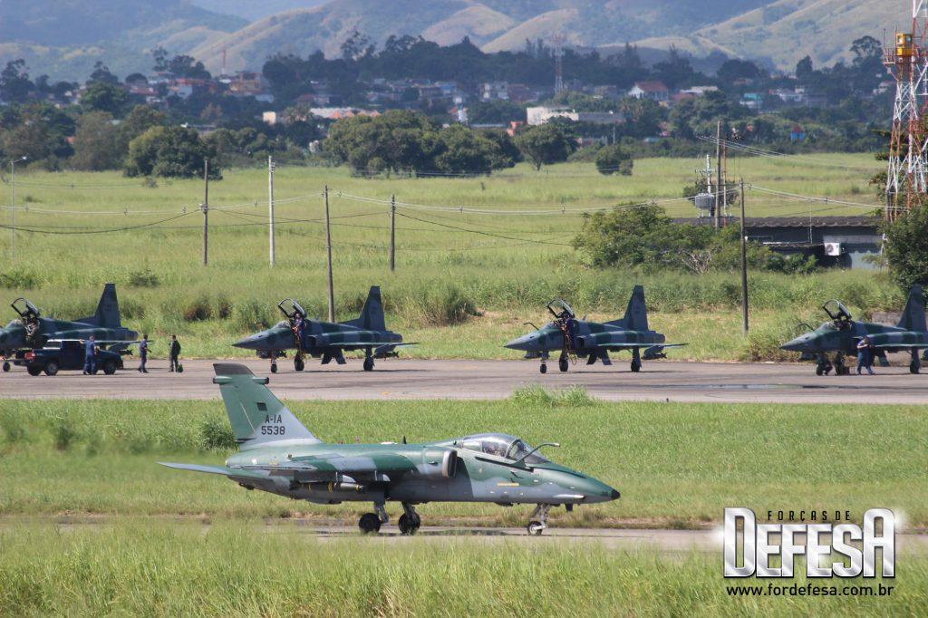 AMX (A-1) em primeiro plano e F-5M ao fundo, no Dia da Caça de 2013