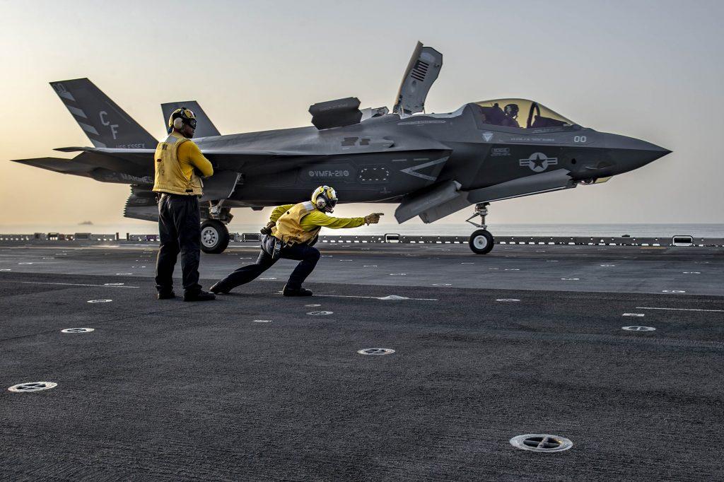 Caça F-35B Lightning II pronto para decolar do do navio de assalto anfíbio USS Essex (LHD 2)
