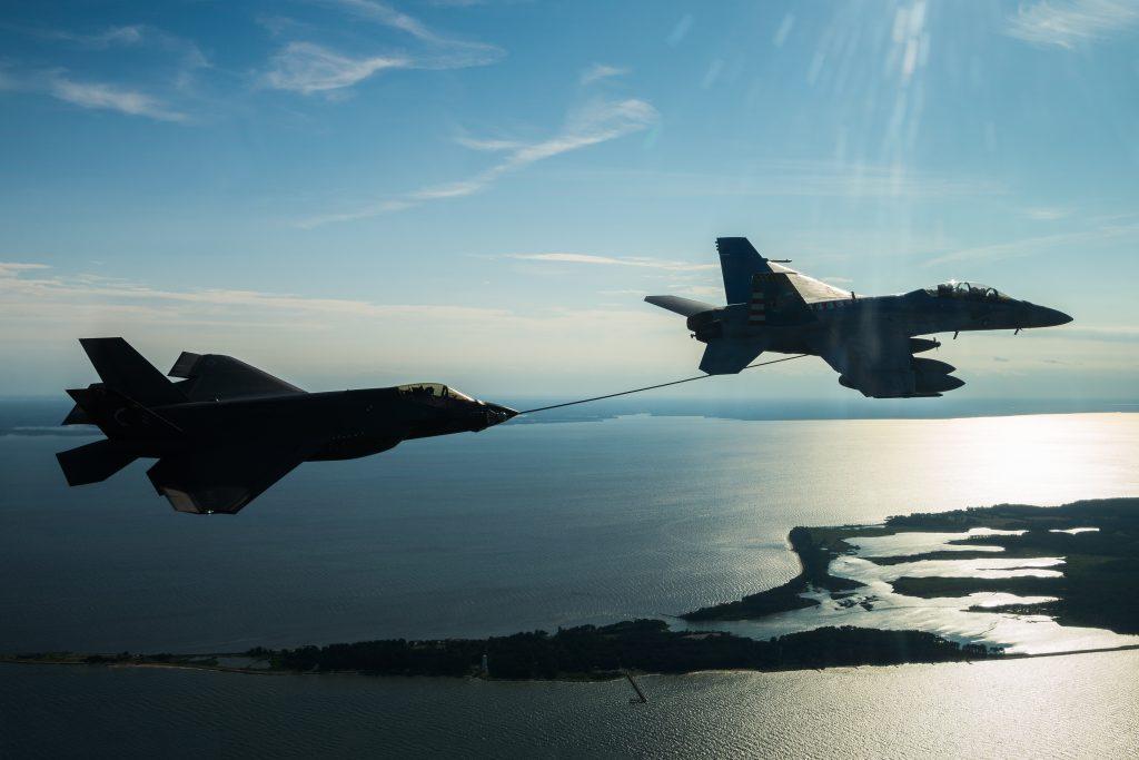 Um F/A-18F Super Hornet reabastecendo um F-35C