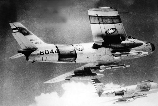 F-86F da RoCAF com míssil AIM-9B