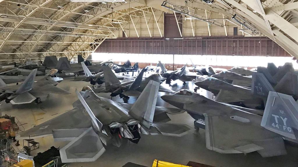 Caças F-22 dentro de um hangar na Base da Força Aérea de Tyndall em maio de 2018