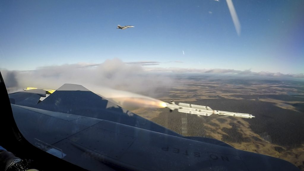 Míssil IRIS-T saindo do trilho da asa do Gripen E 39-8