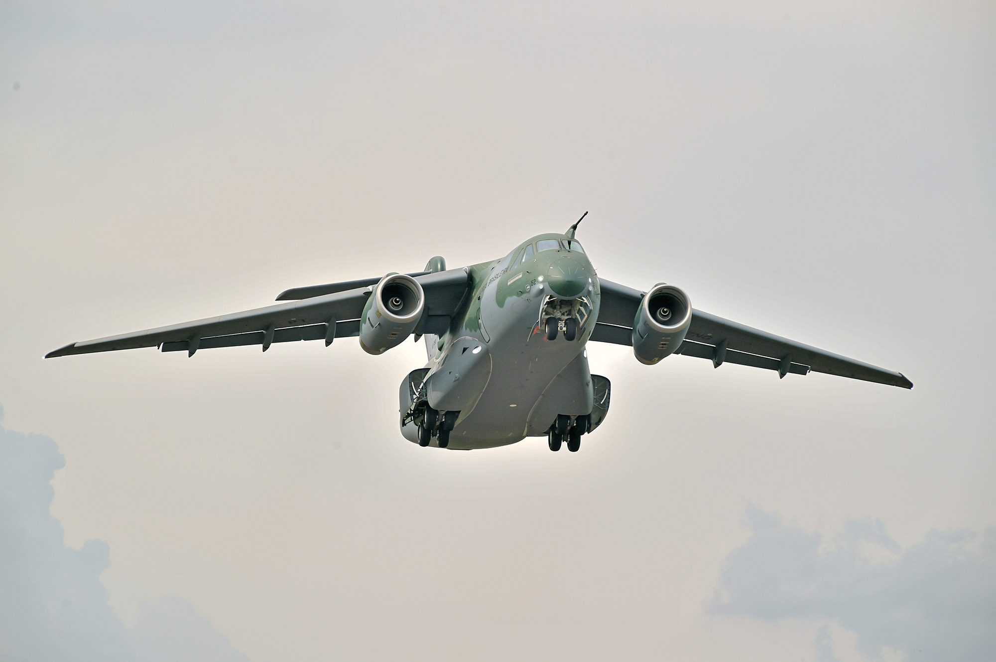 Primeiro voo do KC-390 de série