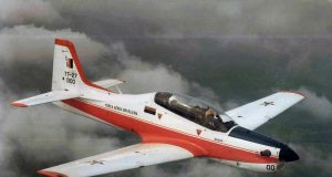 YT-27 Tucano no primeiro voo