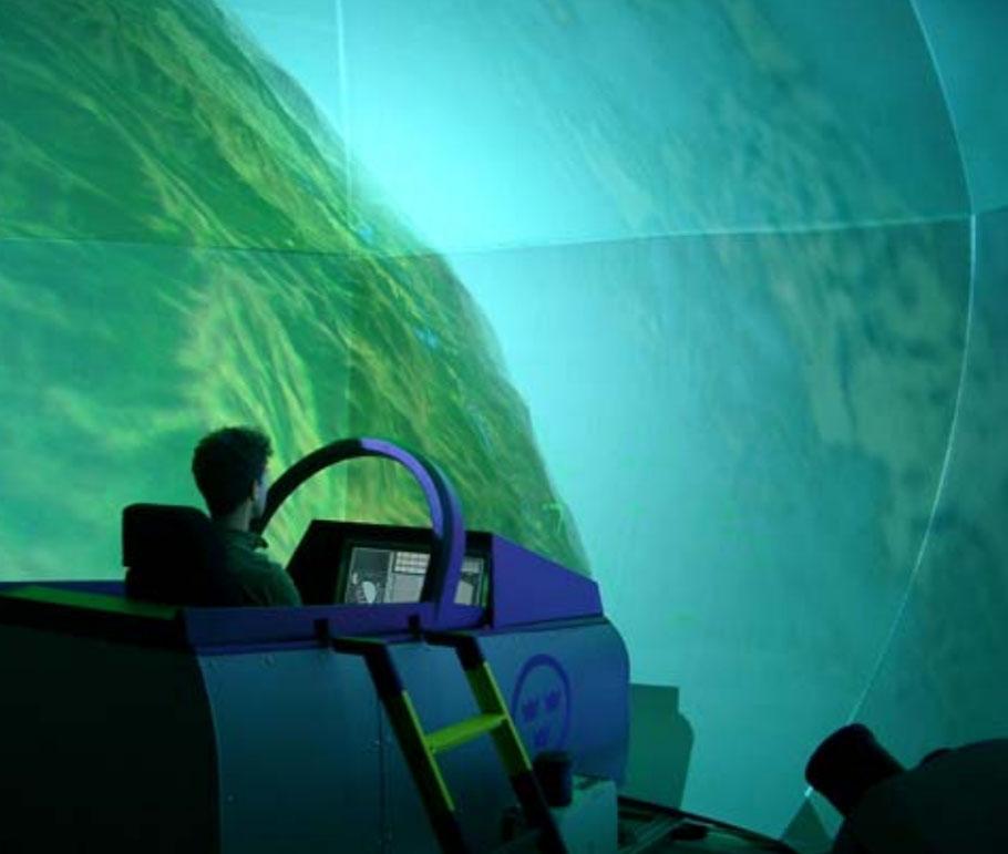 Um dos simuladores do Gripen do FLSC. Os simuladores funcionam em rede, permitindo o treinamento em esquadrilhas
