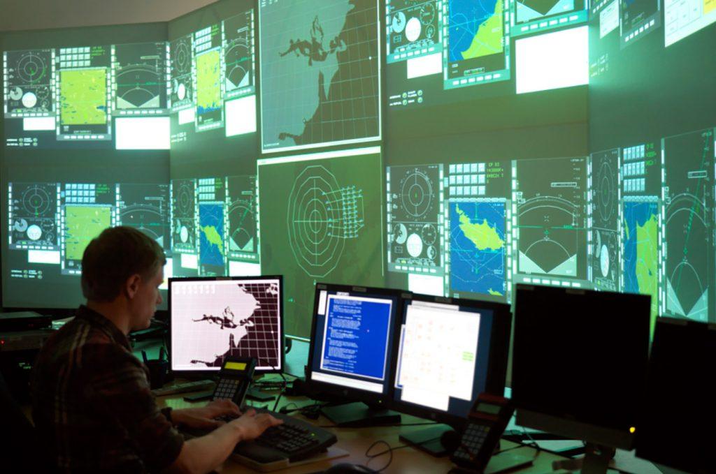 A batalha aérea é apresentada na grande tela e um briefing é realizado após o exercício