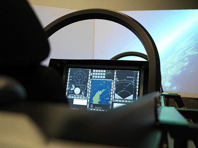 Um dos simuladores do JAS 39 com tela plana