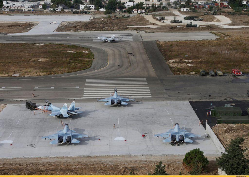 Caças Su-30SM e Su-24M da Força Aérea Russa na Base Aérea de Hmeymim na Síria