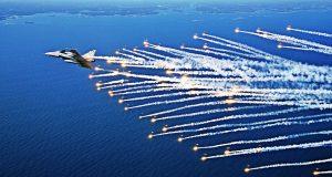 Gripen lançando flares