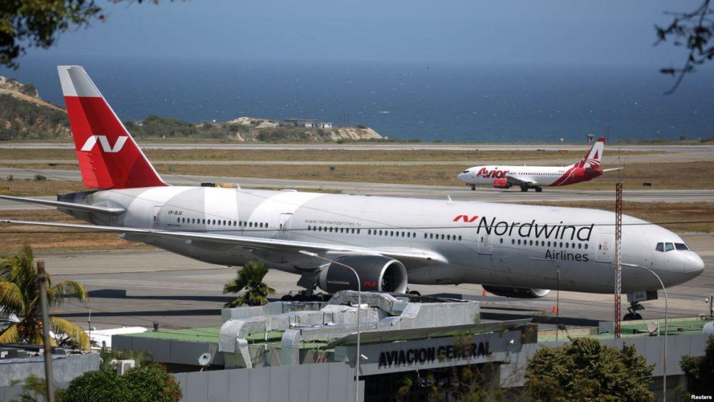 Boeing 777 da Nordwind pousado no aeroporto Simon Bolivar na Venezuela