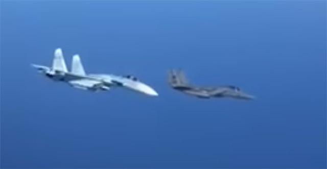 Resultado de imagem para interceptaçao de f-15 por su-27