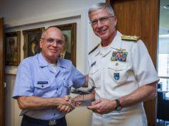O Comandante da Aeronáutica, Tenente-Brigadeiro do Ar Antonio Carlos Moretti Bermudez, e o Comandante do SOUTHCOM dos Estados Unidos, Almirante Craig Stephen Faller