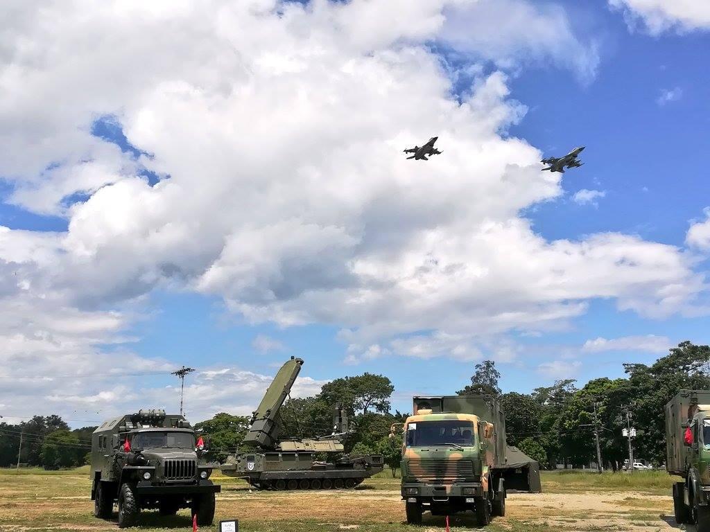Caças F-16 sobrevoam sistemas de defesa aérea venezuelanos
