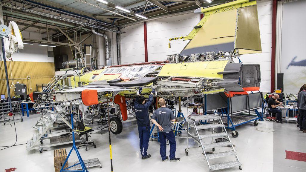 Primeiro Gripen brasileiro em montagem final