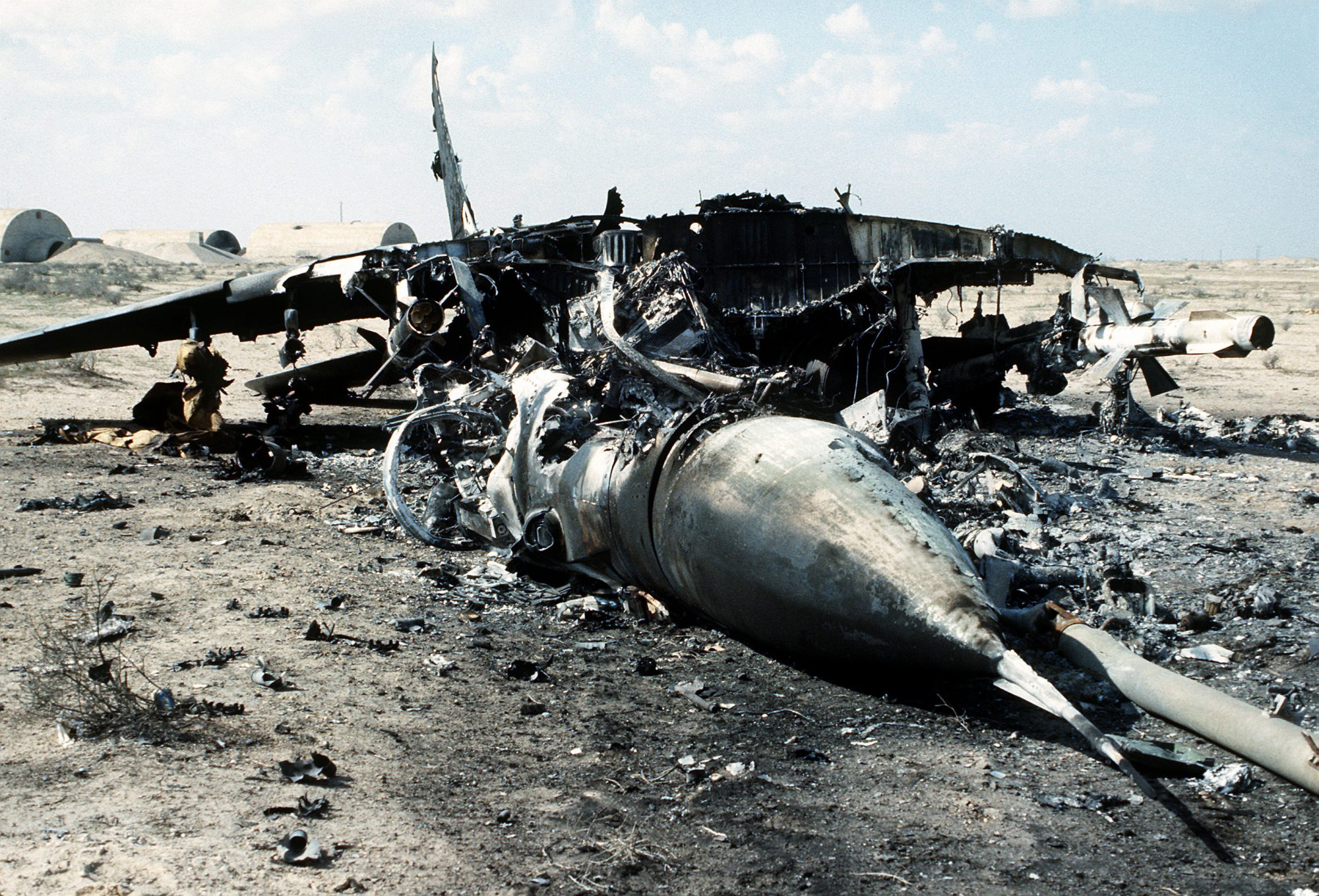 Um MiG-29 iraquiano destruído no solo pelas forças da Coalizão durante a Operação Desert Storm