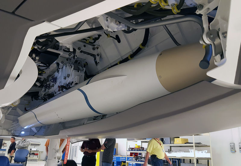 Modelo do AARGM-ER na baia interna do F-35