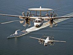 E-2D Hawkeye e um C-2 Greyhound sobrevoam o destróier stealth USS Zumwalt