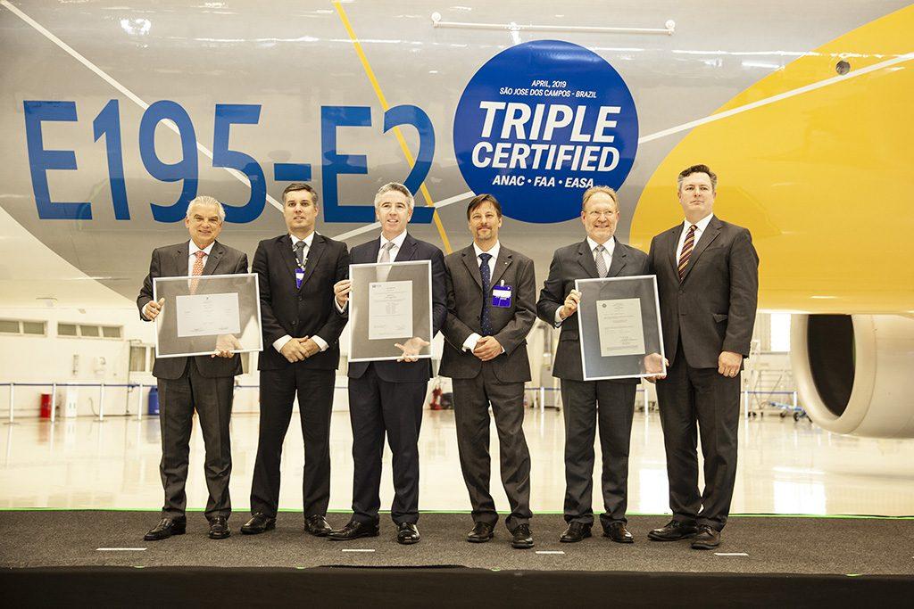 (E-D) John Slattery, Presidente & CEO da Embraer Aviação Comercial, Paulo Cesar de Souza e Silva, Presidente e CEO Embraer S.A, Mauro Kern, Vice-Presidente Executivo de Engenharia Embraer S.A, durante a cerimônia de certificação do E195-E2
