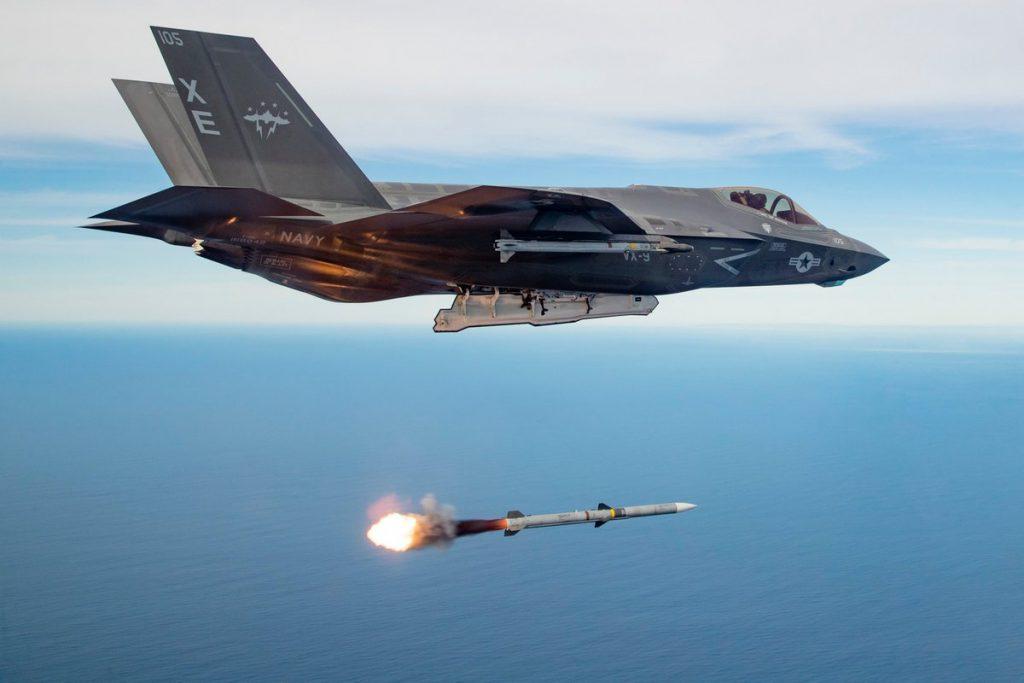 F-35C lançando AMRAAM