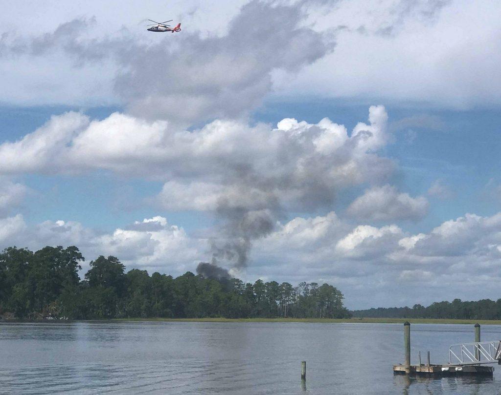 Fumaça subindo do local onde caiu o F-35B do USMC em 2018