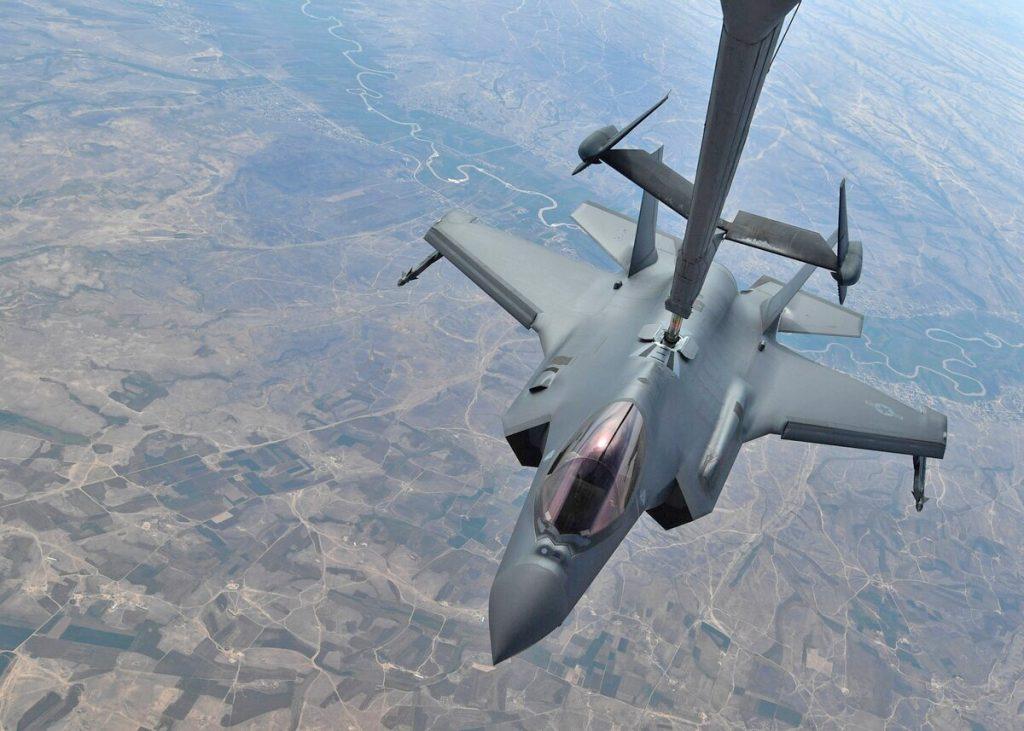 Um F-35A da USAF é reabastecido por um avião-tanque KC-10 acima de um local não revelado em 30 de abril de 2019