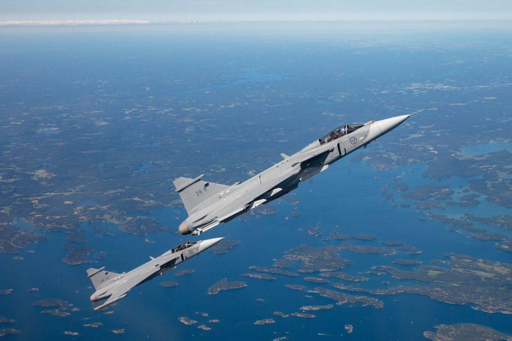 Protótipos do Gripen E 39-9 e 39-10 voando juntos pela primeira vez