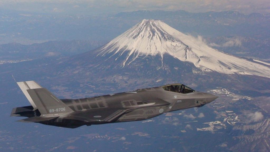 F-35A do Japão passa pelo monte Fuji