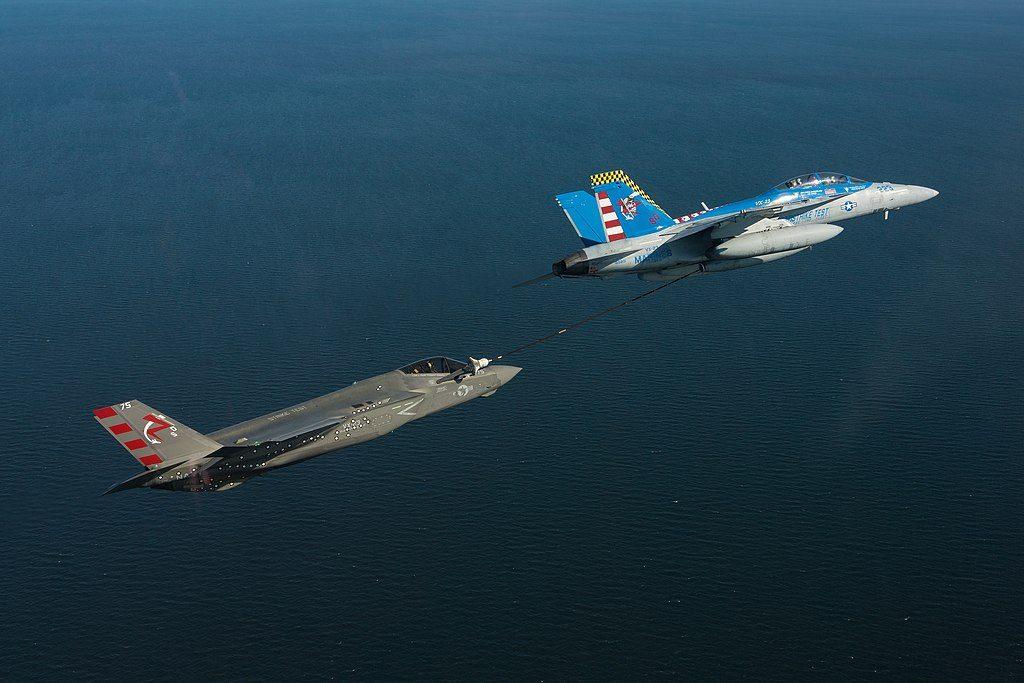 F-35C sendo reabastecido por um F/A-18F Super Hornet