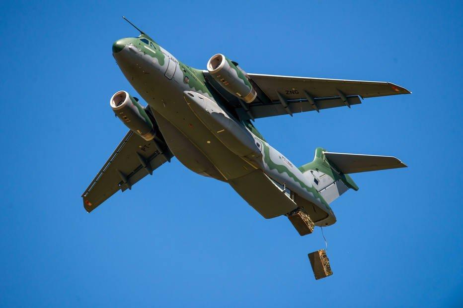 KC-390 lançando carga de paraquedas