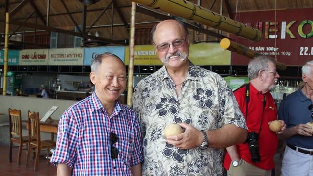Foto de encontro de veteranos no Vietnã: Vu Dinh Rang (piloto de MiG-21) e David Robert Volker (piloto de B-52), em 2017