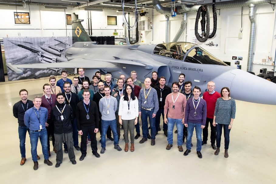 [Imagen: Engenheiros-de-voo-brasileiros-junto-ao-Gripen-E.jpg]