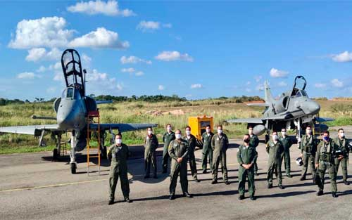 Conclusão do Curso de Ensaios em Voo, da FAB, com apoio de pilotos e aeronaves do EsqdVF-1, da Marinha