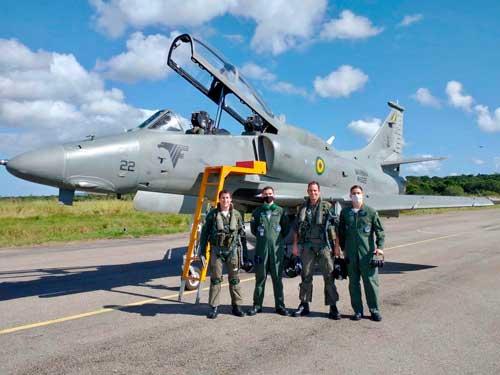 Pilotos e engenheiros do Curso de Ensaio em Voo da FAB e instrutores do EsqdVF-1