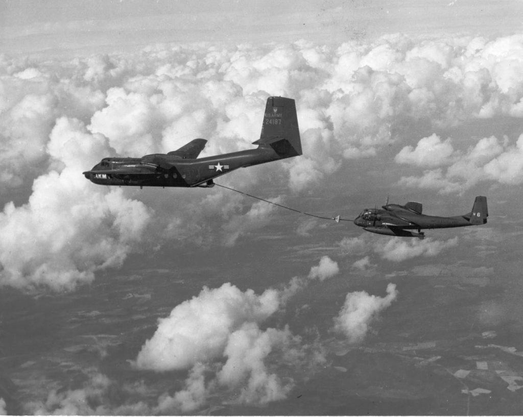 CV-2B em voo de testes como aeronave tanque reabastecendo um Grumman OV-1A Mohawk do U.S.-Army