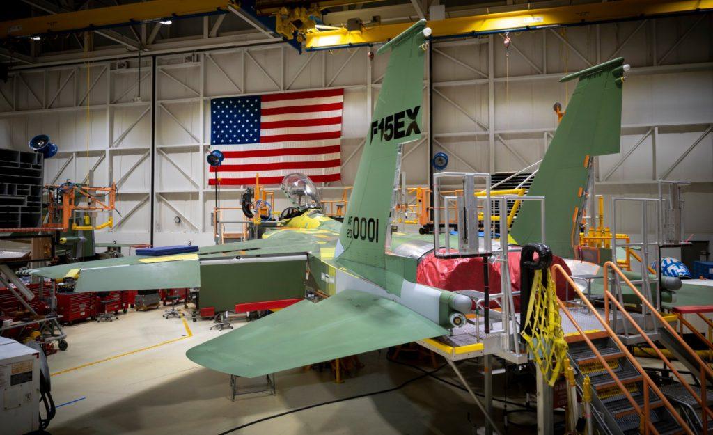 Primeiro F-15EX em produção na Boeing