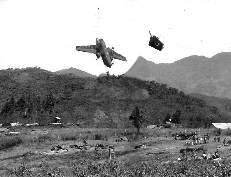Voar no Vietnam não era tarefa fácil, um C-7 Caribou da USAF é abatido acidentalmente durante a aproximação final por um obus de 155 mm do U.S. Army. Na tragédia, três tripulantes perderam a vida