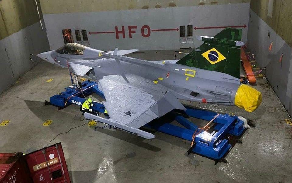 O primeiro caça F-39E Gripen da FAB a bordo do cargueiro Elke
