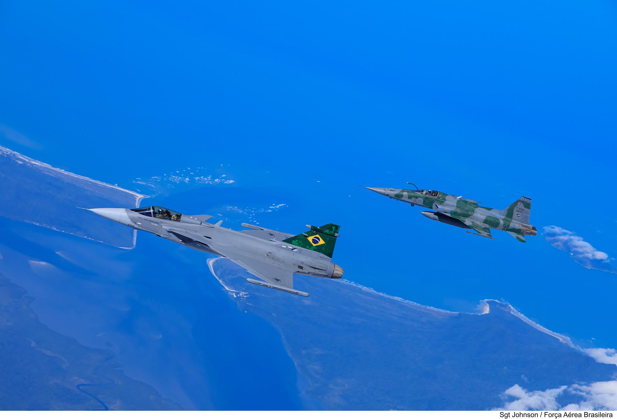 Embraer F-39 Gripen Imagens-da-FAB-do-primeiro-voo-do-F-39-Gripen-sobre-o-Brasil-3