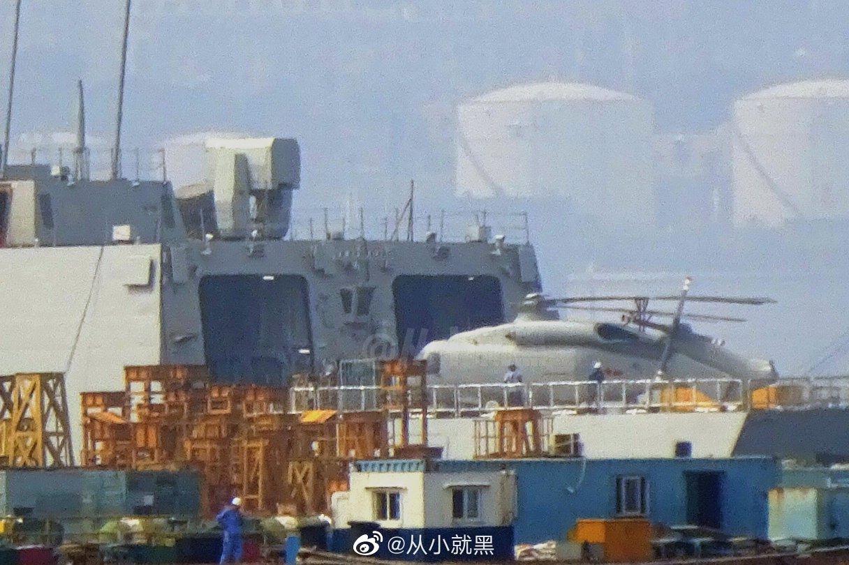 Mockup da versão naval do Z-20 a bordo de um destróier Type 055