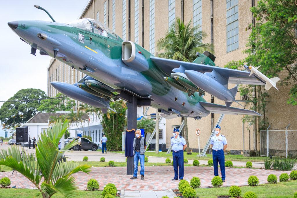 Monumento-da-aeronave-A-1-na-Guarnicao-de-Aeronautica-de-Santa-Cruz-1024x683.jpg