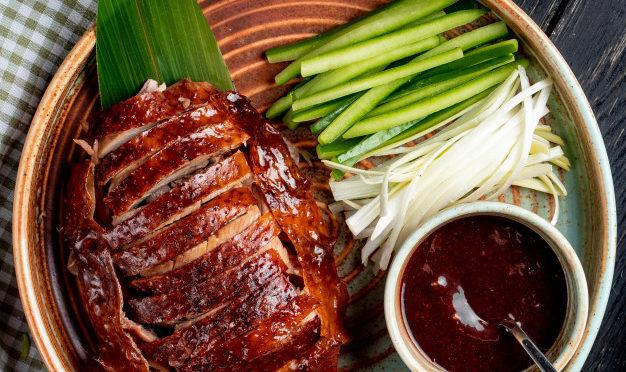 vista-superior-do-pato-de-pequim-comida-asiatica-tradicional-com-pepinos-e-molho-em-um-prato_141793-8524-626x372.jpg