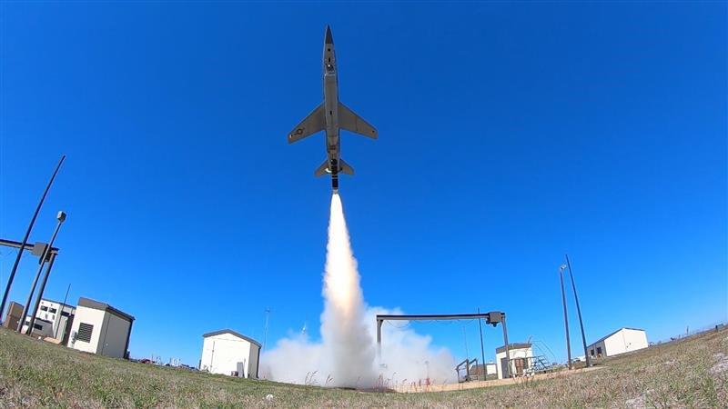 Skyborg voando com o corpo do veículo tático não tripulado Kratos UTAP-22
