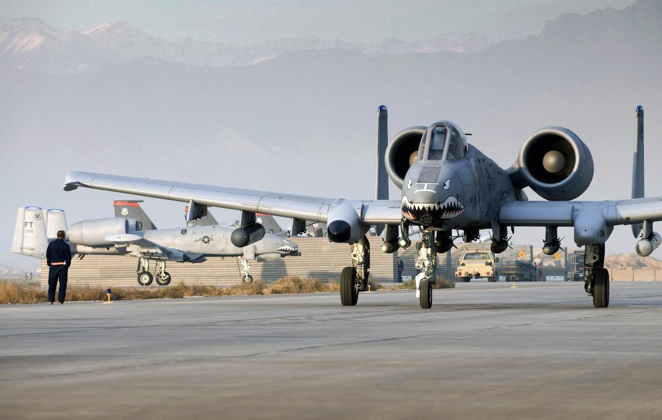 a-10-thunderbolt-ii-taxiando-afeganistao-foto-usaf-s-morse